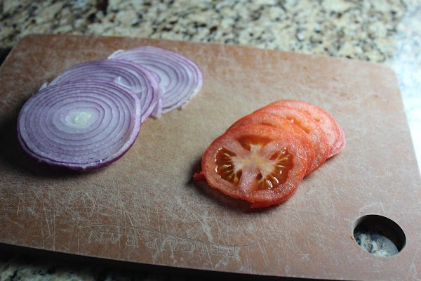 Wash and thinly slice tomato and red onion.