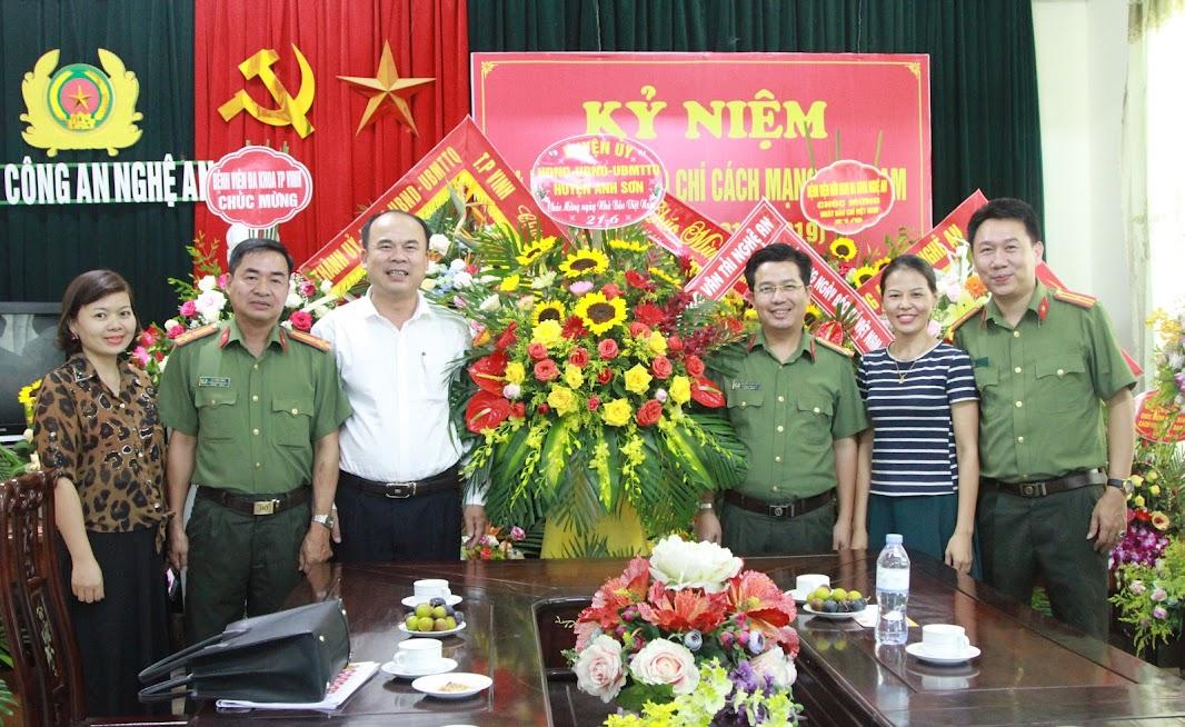 Huyện ủy - HĐND - UBND - UBMTTQ Huyện Anh Sơn chúc mừng Báo Công an Nghệ An