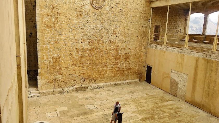 El Patio de Honor del Castillo de Vélez Blanco en su estado actual, pendiente de su reconstrucción.