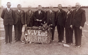 Photo: Bestuur 10-jarig bestaan V.V.V. 1927-1937 v.l.n.r. Otto Homan, Harm Mulder, Rieks Schuiling, Tonnis Knoop, Rieks Braams, Jacob Hilbrands, Lambert Enting en Harm Lanjouw.