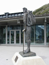 Photo: The statue of Sir Edmund Hillary in front of the Hermitage.