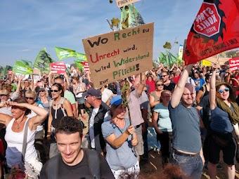 Demonstrierende, Plakat: «Wo Recht zu Unrecht wird, wird Widerstand zur Pflicht!».