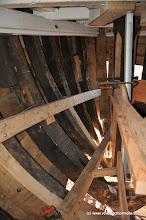 Photo: Deux petites serres sont étuvées et tirefonnées dans les membres pour rigidifier l'avant et servir de support aux couchettes.