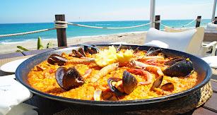 Paella gigante elaborada en el restaurante, junto al mar.