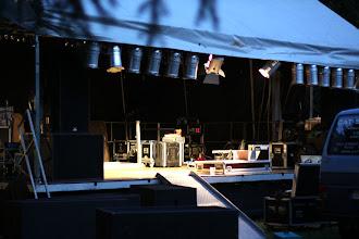 Photo: Bij aankomst was de opbouw in een gevorderd stadium/ At arrival the big podium was already there; the light-technicians were hanging in the light