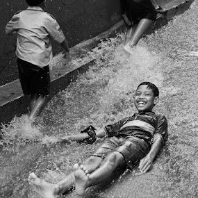 enjoying the rain flow by Pantouw David - People Street & Candids ( pwccandidcelebrations )