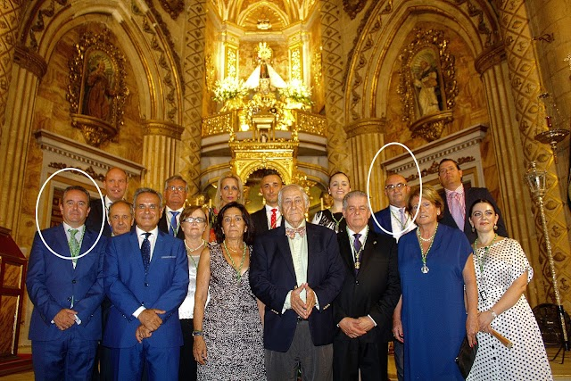 Los candidatos con la Junta de Gobierno que preside Elías García; el pregonero, Inocencio Arias; y su presentador, Cristóbal Cervantes.