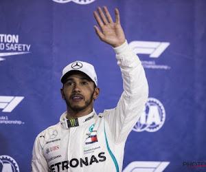 ? Opmerkelijke kerstman bij Mercedes, ook Lewis Hamilton krijgt 'lastig' cadeau