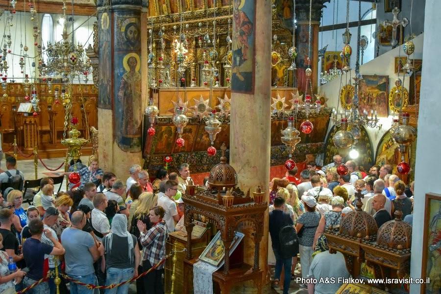 Экскурсия в Вифлеем. Туристы и паломники в Храме Рождества Христова.