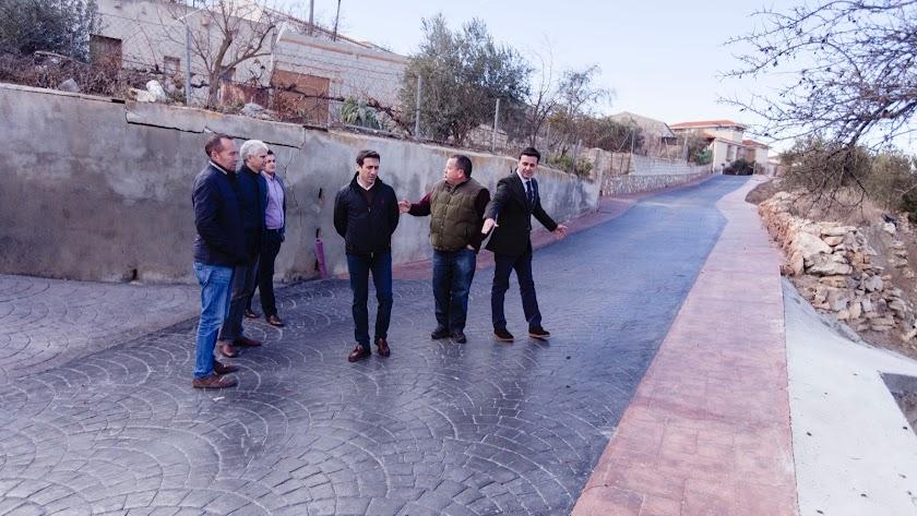 Autoridades comprueban el estado del pavimento.