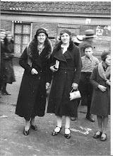Photo: Tante Alie leeftijd  ongeveer 17 jaar, met vriendin ze kwamen uit de kerk, kerkboekjes in haar hand.