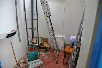 Photo: Příprava na instalaci solární soustavy v budově školy.