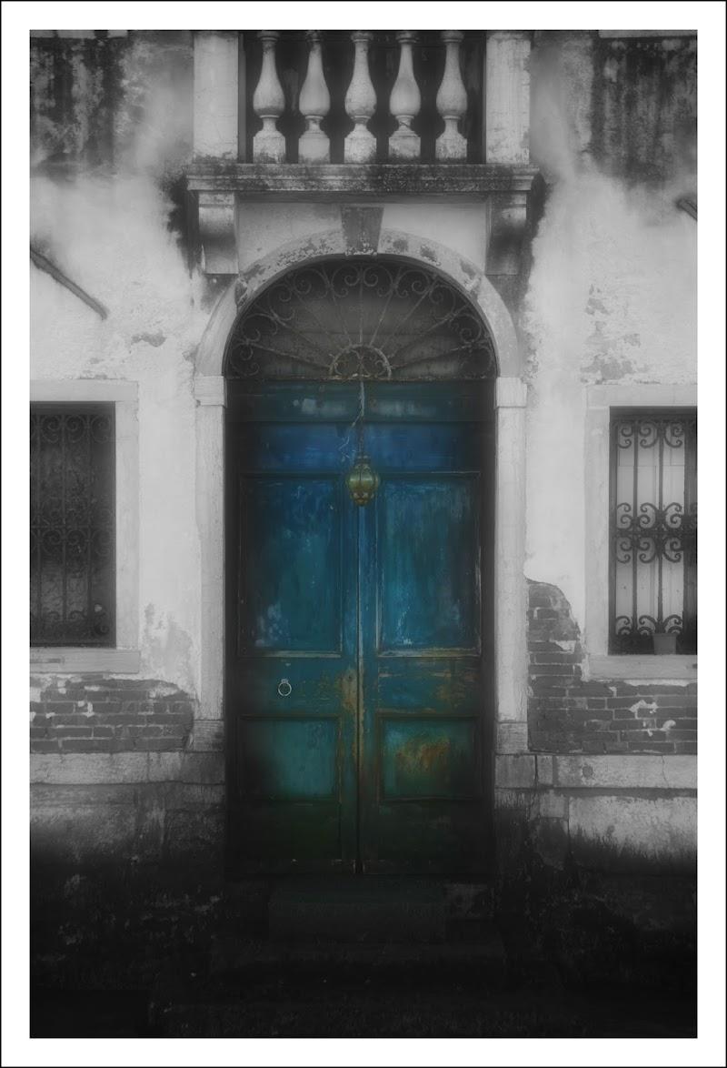 ...La porta è davanti a noi; a cosa serve desiderare? di cristinababuder