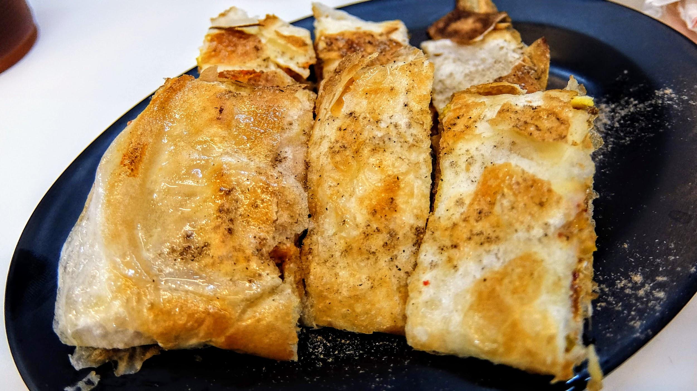 蛋餅的皮是脆的喔! 很酥脆,超像蔥抓餅那種...