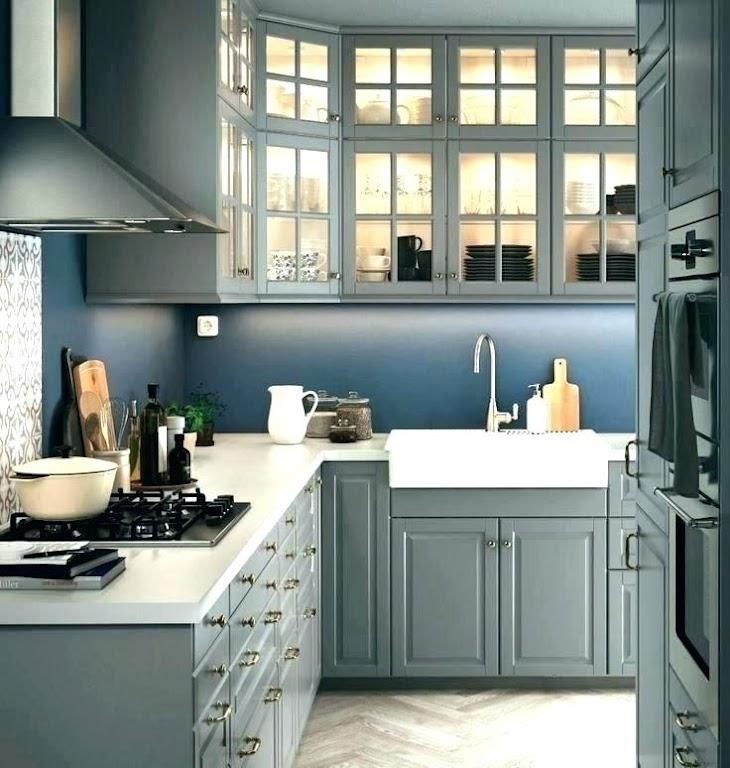 Nocny błękit, petrol albo bordo - idealne kolory na ściany w kuchni