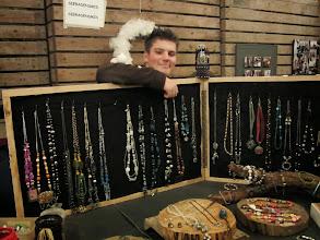 Photo: Mitchel poseert trots bij zijn sieraden