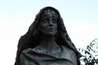 Photo: Abtei Sankt Hildegard - statue af Hildegard udenfor kirken