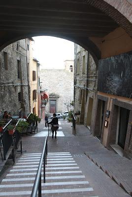 incontri sulle scale del borgo di Lucionap