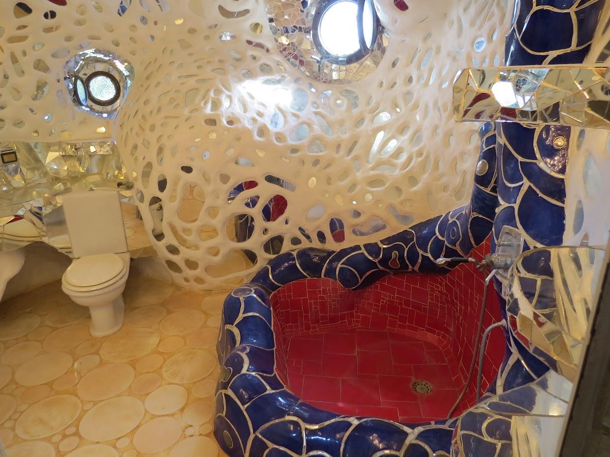 Niki de Saint Phalle, L'Imperatrice, interno della scultura con il bagno, Giardino dei Tarocchi, Capalbio