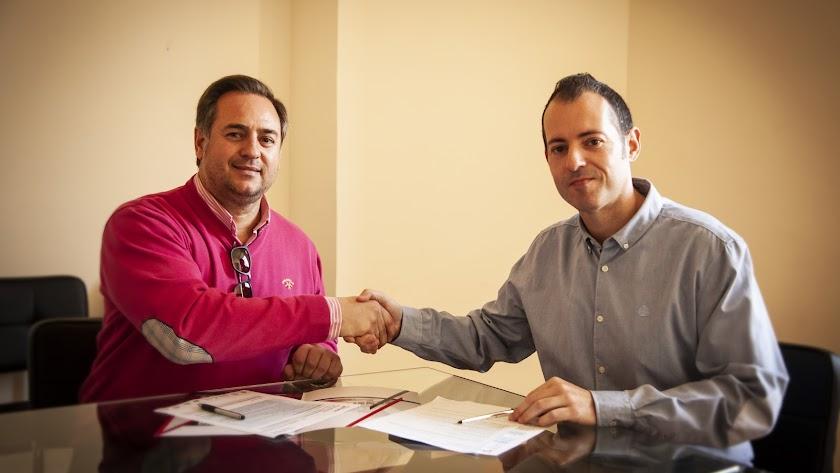 Raúl  Martínez y Curro Verdegay, tras la firma del convenio.