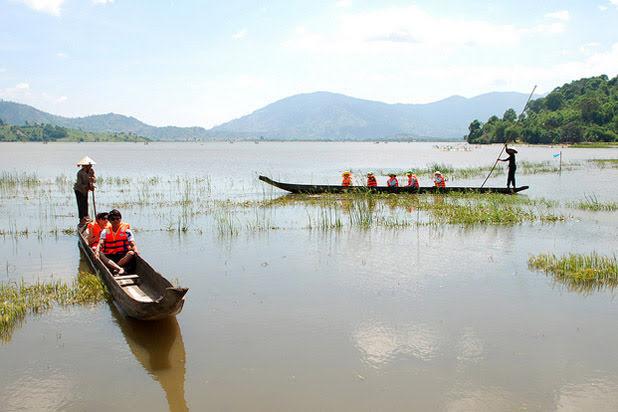 Balade en bateau sur le lac Lak