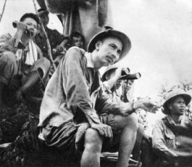 Là người sáng lập và lãnh đạo Quân đội Nhân dân Việt Nam, Hồ Chủ tịch đã theo dõi mặt trận suốt thời gian chiến dịch Biên giới năm 1950.