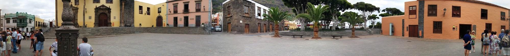 Photo: A recorrer Tenerife. ¡Qué calles más estrechas!
