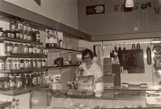 Photo: Ina Mennega-Zandvoort werkt in de winkel van Annie en Harm Mulder (A&O) Hoofdstraat 30