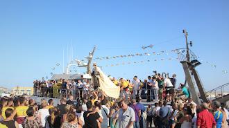 La Virgen del Carmen es subida al barco \'Mi Afriquita\' para iniciar la procesión marítima desde Pescadería.