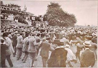Photo: Barcelona nel 1906 La Sardana Ballo al Parco Güell