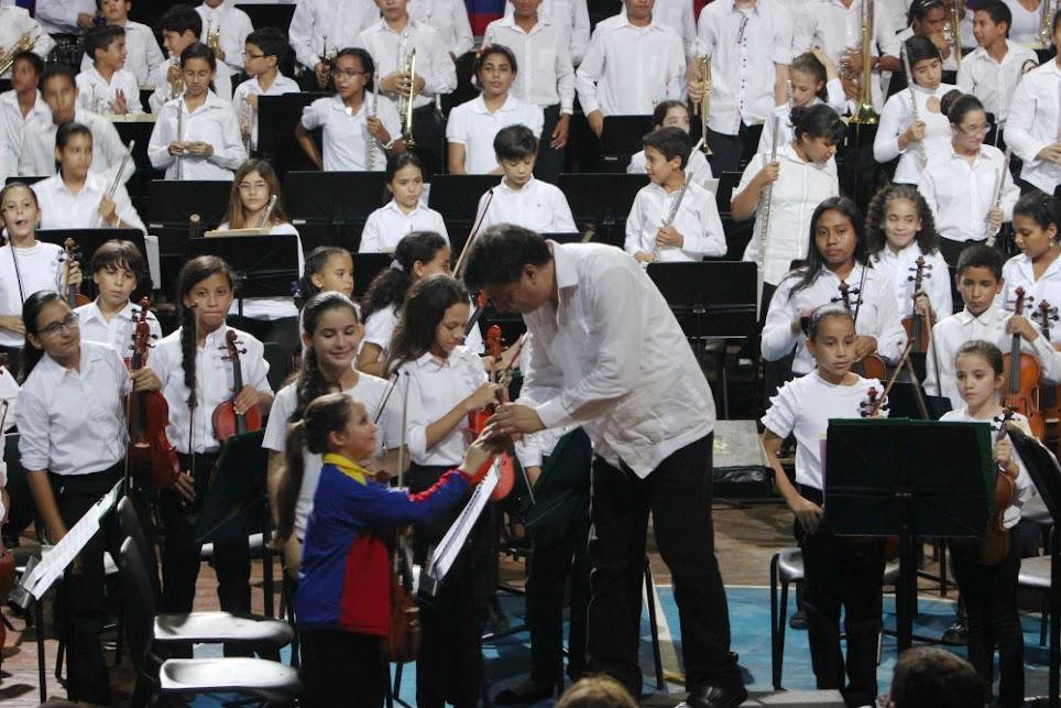 El director de la Orquesta Sinfónica de Anzoátegui, Yuri Hung, agradeció la presencia de los 207 seleccionados de la Sinfónica Nacional Infantil de Venezuela, en el encuentro que llenó de calor y emoción el  gimnasio Lumumba Estaba de Puerto La Cruz.