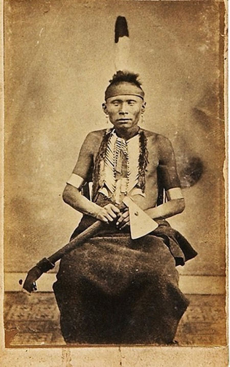 Un guerriero Pawnee con la sua scure