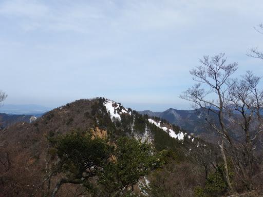 東峰から山頂を望む
