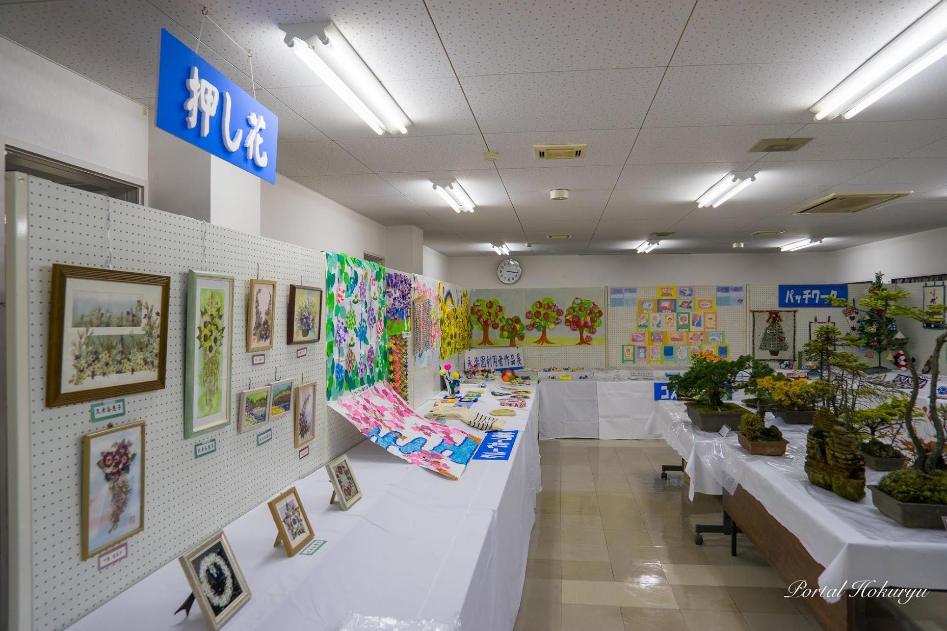 公民館講堂内での展示作品