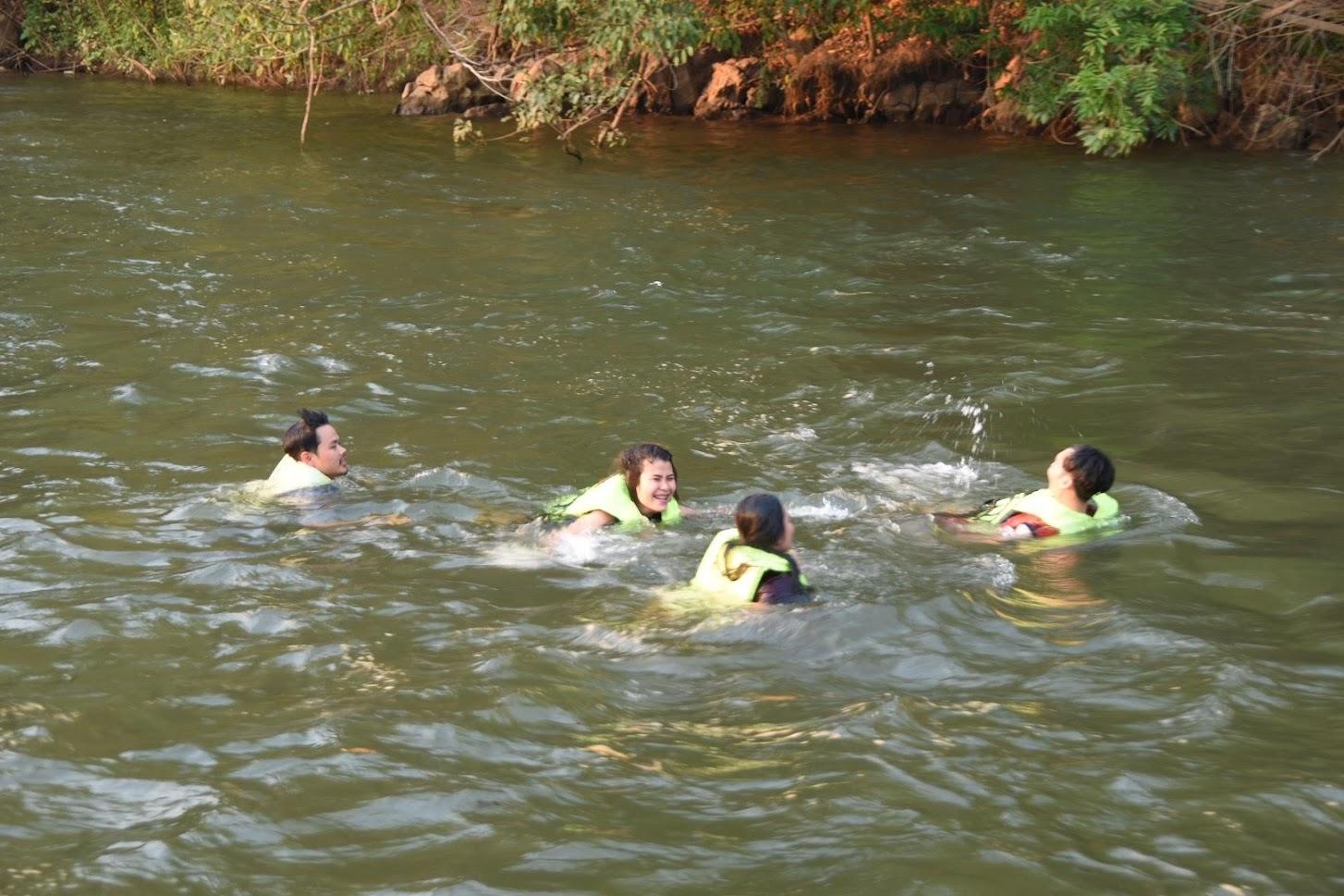 救命胴衣を着用して川に飛び込む