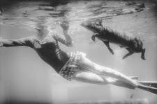 onder wateropname van zwemmende vrouw en hond