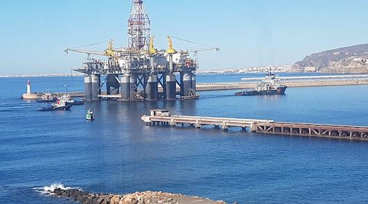 La plataforma petrolífera Ocean Confidence a su llegada al Puerto de Almería.