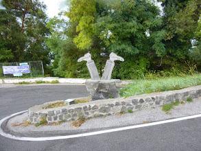 Photo: It.s5ITL105-141007Vésuve, volcanique... sculpture en lave, jambes humaines renversées, retour, descente bus  P1000247