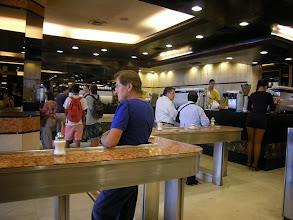 Photo: サンチャゴ カフェだ!と喜び入ると。ミニスカートのお姉さんがウェイトレスの立ち飲み喫茶。お客さんは男性ばかりで常連のようでした。サンチャゴにたくさんこの店があったけど、コーヒーは苦手な味でした。 http://parajunko.blog.fc2.com/blog-entry-83.html
