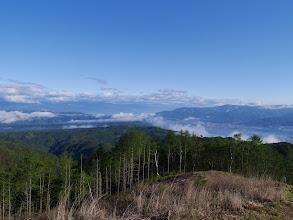 北アルプス方面(左)は雲が多く