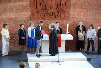 Photo: Das Gottesdienstbuch vom Altar trägt Herr Kalberlah