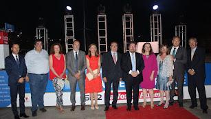 El consejero de Agricultura, acompañado por políticos y los directivos del periódico La Voz de Almería.