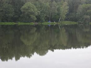 """Photo: Po drugiej stronie jeziora, nad Zalewem Gzel, obserwuję rozbity namiot i zapewne spokojnych, zadowolonych z odpoczynku i sielanki, rybaków. Ich miejsce połowu, """"przenośne schronisko"""" oraz ogólna aura dnia przywodzą mi na myśl zeszłoroczną wędrówkę przez Podlasie gdzie również rozbijaliśmy się przy jeziorze i zalewie."""