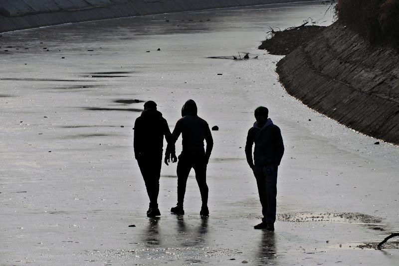Tre uomini nel canale ghiacchiato di c