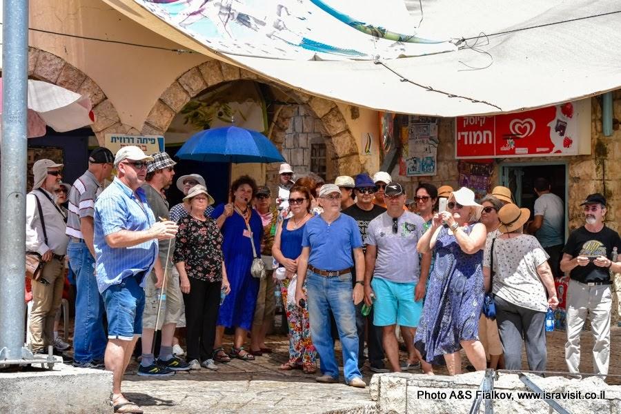 Гид в Израиле Светлана Фиалкова с туристами на экскурсии на севере Израиля в городе Пкиин.