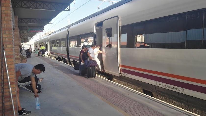 IMAGEN DE VIAJEROS SUBIÉNDOSE A UN TREN Media Distancia entre Almería y Sevilla en la estación Intermodal.