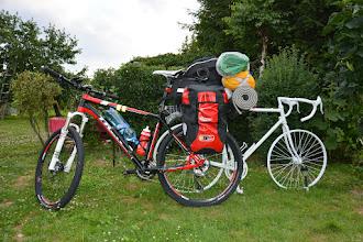 Photo: Pora wyruszyć na kolejną wyprawę rowerową. Tym razem plany były bardzo ambitne, a co z tego wyszło będzie dalej....  Tak wygląda rower gotowy do podróży. Całkowita masa z rowerzystą 98 kg, więc udało się sporo zejść z wagą od ostatniej takiej wyprawy ;)