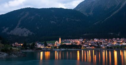 Photo: Przejeżdżam przez miasto Resia i jadę dalej po drugiej stronie jeziora Reschensee.