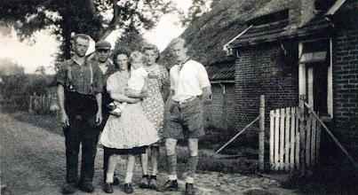 Photo: Jans Leiting, Tinus Zinger, Hillechien Leiting-Stadman met dochter Geesje, Antje Zinger en Hero Oosterloo (Amsterdam, van de oorlog)