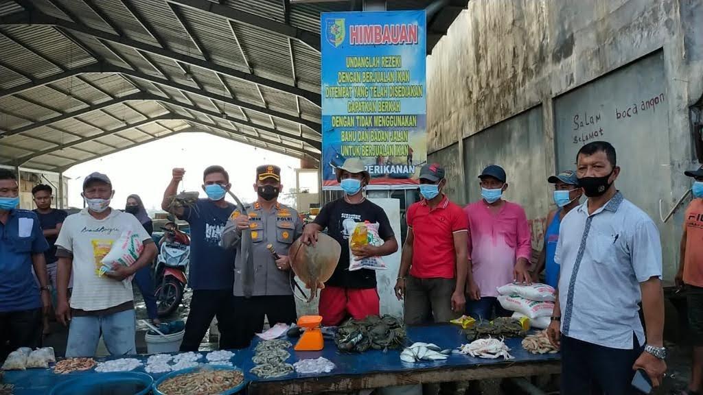 Kapolres Pejuang Duafa Ringankan Beban Pedagang Ikan Terdampak Covid 19 Dengan Bantuan Sembako